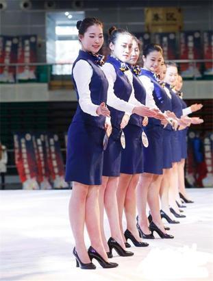 宋昕蔚与其他同学一起,在台上向院校老师演示空乘礼仪.