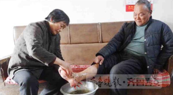山东一女子为患病丈夫揉腿35年 丈夫重新站起来
