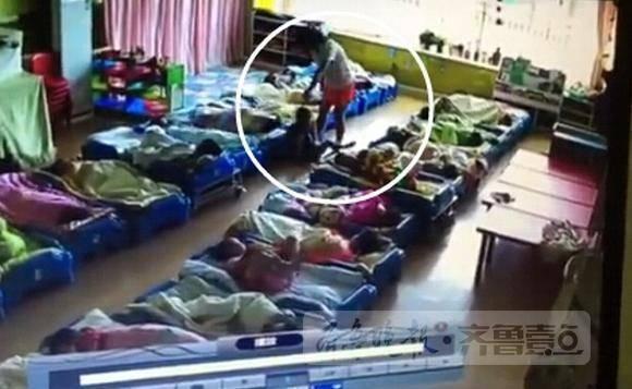 青岛一幼儿园老师体罚孩子!回应:园长和老师被停职