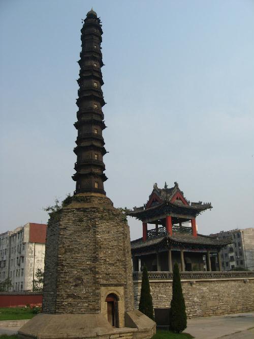 用土堆出来的济宁崇觉寺铁塔