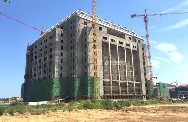 """ alt=""最早通过验收的E区主教学由四栋教学楼组成,四合院式结构,地上部分共四层,总建筑面积29696平方米,红顶灰面的建筑带着浓浓的老青岛味。主教学楼每层的教室大小不一,有52人教室、54人教室、60人教室、117人教室、120人教室以及160人教室,可容纳万名学生同时上课。"