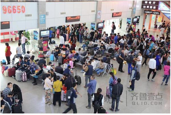 青岛民生  7日10点在青岛长途汽车站时,候车厅里的座椅上坐满了等待