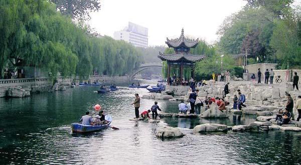 蓝绿相间,画风自然的手绘版纸质泉水直饮点地图上正面详细标注了泉城