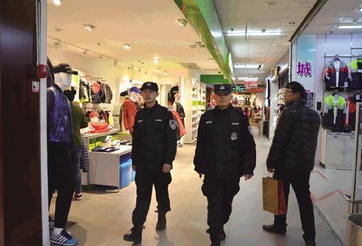 春节临近进入购物消费高峰期 民警进商场全天候巡逻