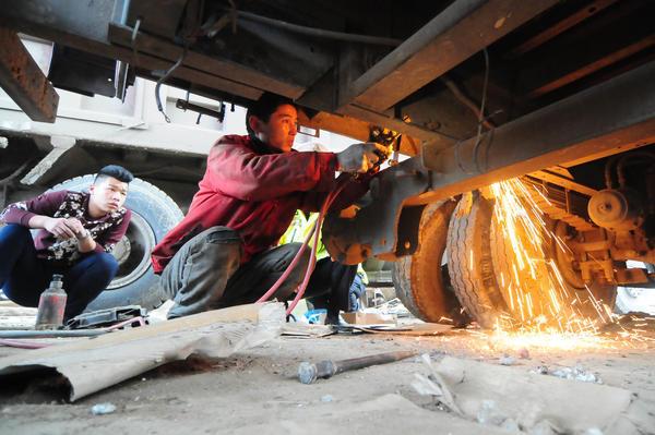货车超载50% 非法改装,菏泽高速交警强制拆除