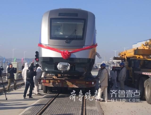 地方经济  23日上午,青岛地铁11号线首辆列车在即墨大田车辆段入段,这