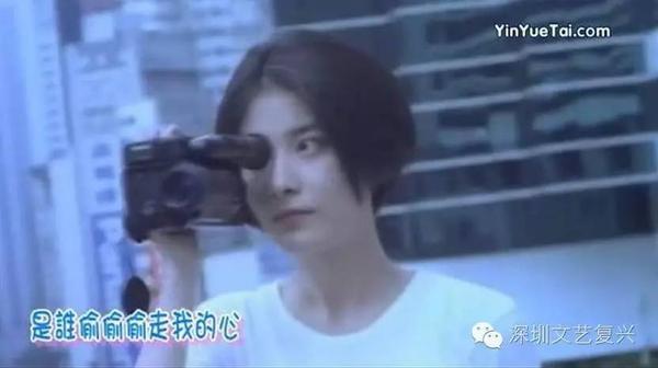 当年21岁的陈慧琳在学友的《偷心》mv当中是一头短发,相当惊艳.图片