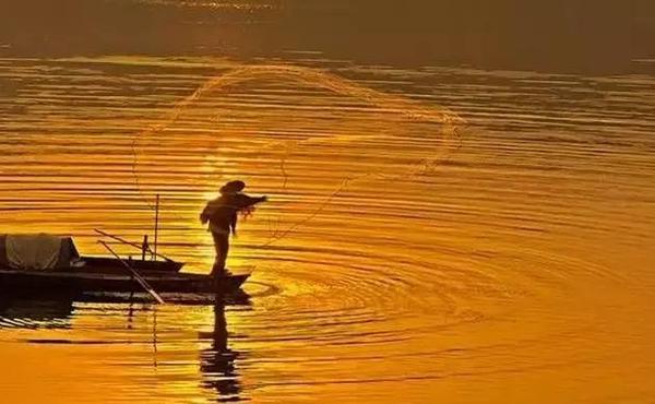 之后,包一艘私家渔船出海,戴着斗笠,背着渔网,卷着裤脚,跟着渔民下海