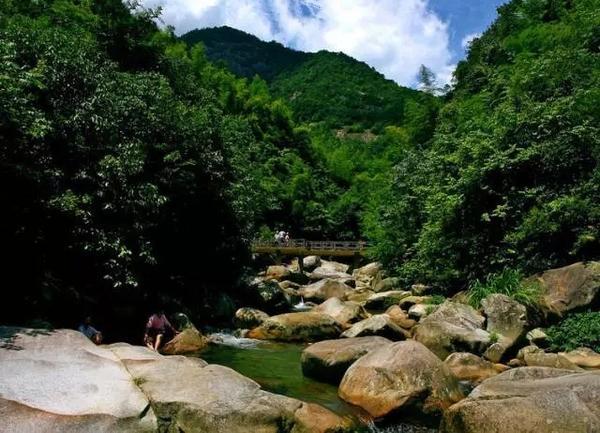 东阿镇有许多风景秀丽的自然景观, 狮耳山,狼溪河,永济桥等等.
