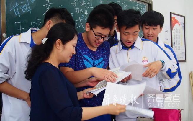 学生趁领证时拥抱老师表达感恩之情.