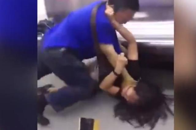 """重庆地铁上一女子指责邻座男""""猥亵"""",却被扯腿摔地打"""