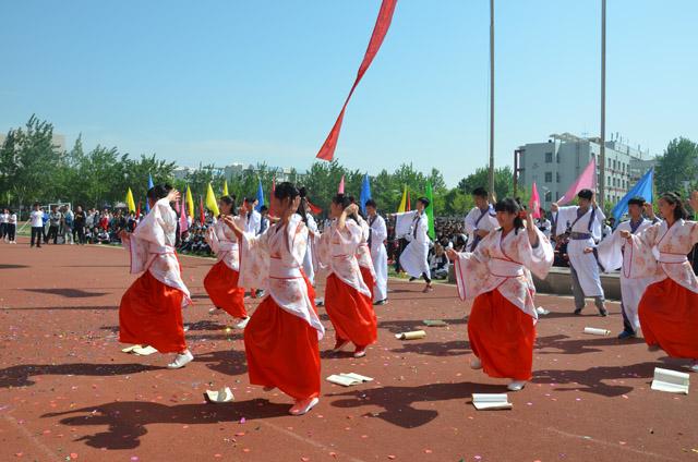 二中惠民文化冰球科技艺术节,学生自导自演精队员体育争球站位图片