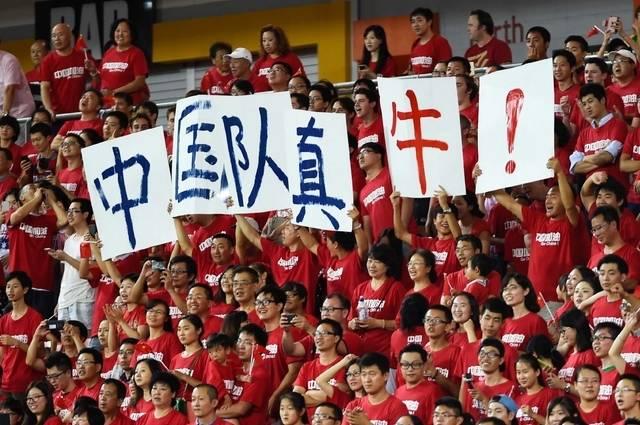 震撼!武汉体育中心五万人赛后大合唱《怒放的生命》