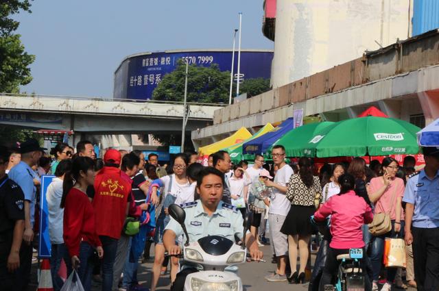 恢复高考40年济南九龙医院服务高考爱心小分队在行动