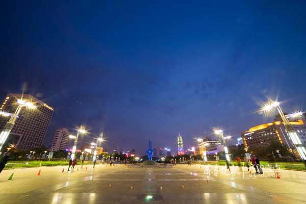 """济南泉城广场位于市中心最繁华的位置,被称为济南人的""""会客厅""""。(齐鲁晚报·齐鲁壹点 记者 部景雨 摄)"""