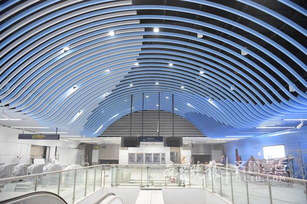 石老人浴场站则以海浪和海霞为基础元素,整个空间由此出发进行设计演化。