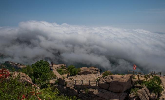 当我们在高山之颠俯视云海时,如临大海之滨,波起峰涌,让人感慨自然的神奇与伟大。
