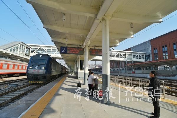 1月11日0:00起德州火车站二站台施工完毕恢复列车基本运行,同时46列车陆续恢复开行。(齐鲁晚报·齐鲁壹点 记者 马志勇 贺莹莹)