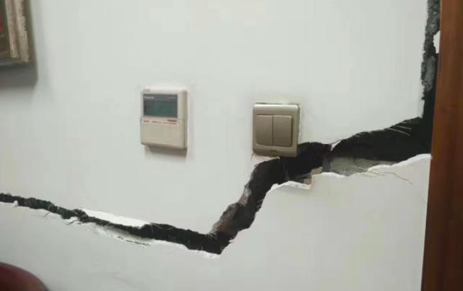 图为九寨沟当地一建筑室内墙上的裂缝。8月8日21时19分,四川阿坝州九寨沟县(北纬33.20度,东经103.82度)发生7.0级地震,震源深度20千米。