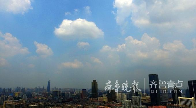 14日中午,济南市区被大团形状怪异的云团包围,白的灰的黑的都有,有些云团酷似爆炸云。