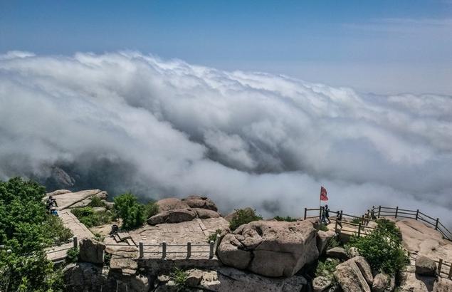 近日,崂山之巅现波澜壮阔的云海景观,云雾飘逸在连绵峰峦间,更加彰显了海上仙山超凡脱俗之美。
