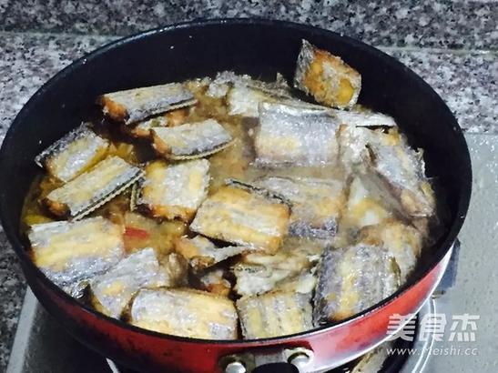 锅里倒入植物油,油6成热时放入豆瓣酱一勺炒出红油,再放入泡椒,泡姜,葱蒜,花椒粒爆香