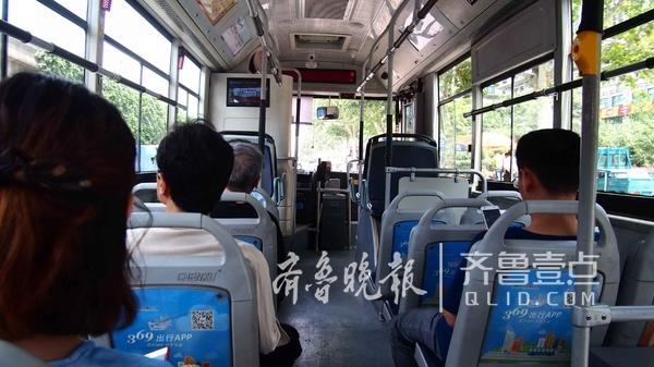 5月19日中午2点左右,济南市区酷热难当。k171路公交车上,这位年轻的公交司机今年第一次打开客车空调,车厢内凉爽的空气让乘客们感到十分舒服。而记者近两天坐过的公交车大部分没开空调。