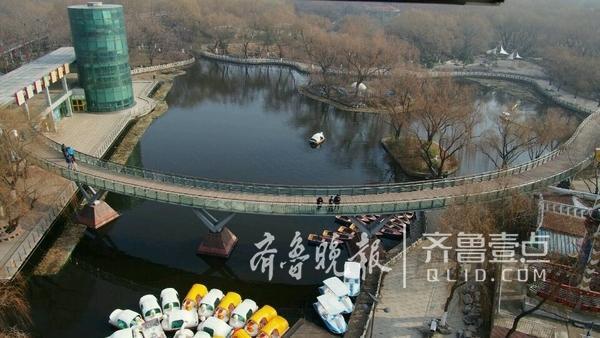 9日,济南市区迎来了近期罕见的蓝天和太阳,泉城公园内,很多市民带着孩子出来遛弯晒太阳。