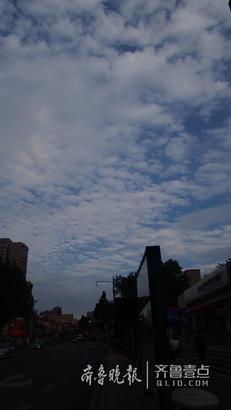 8月13日下午,济南天空出现了非常漂亮的云景,蓝天为幕,一片片白云如同瓦片排列有序,就是人们常说的瓦片云。与此同时,前几天让人非常烦躁的炎热无踪,阵阵凉爽的秋风吹过来,非常适合出来走走  。 齐鲁晚报·齐鲁壹点记者周青先摄