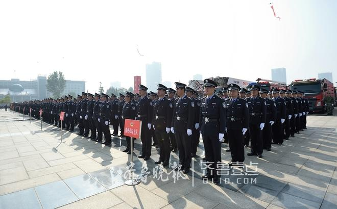 """9月12日上午,枣庄市公安局在市政广场举行""""迎接十九大忠诚保平安""""誓师动员大会,枣庄市公安局及各分(市)交巡警、特警、消防、武警等警种760余名警力参加大会。"""