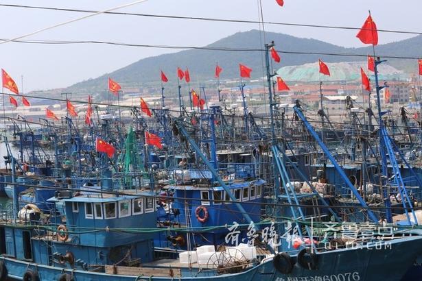 9月1日,记者在烟台初旺渔港看到一片繁忙景象,渔民们都在抓紧时间检查船只、修补渔网,检修卫星通讯工具以及对讲机等设备,这些东西一样也不能拉下,他们期待着开渔后的第一个开门红。 齐鲁晚报 齐鲁壹点 记者 吕奇 编辑 小武