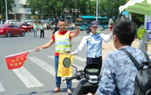 他们看到济南各个路口的交通秩序近期有了很大的提高,也想要体验一下交通志愿者的工作。 (济南时报) 编辑:吹吹