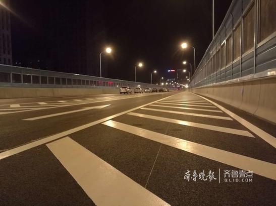 4月26日深夜10点半,顺河高架桥南延线上亮起灯光。部分车已经迫不及待地驶上高架桥。根据安排,27日0:00开始,顺河高架南延线将正式对外开放。 齐鲁晚报·齐鲁壹点记者 王皇 摄