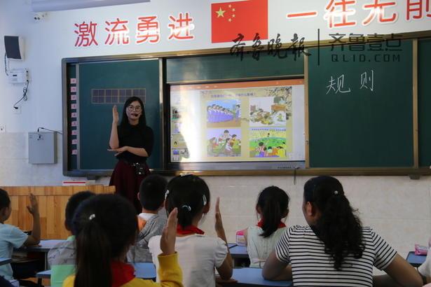 班会课由年轻教师孙中美老师执教,课堂上老师精彩的讲解、评价,学生身边的故事录制的视频、图片活跃了班会的氛围。同学们思维敏捷,各抒己见,各显神通。