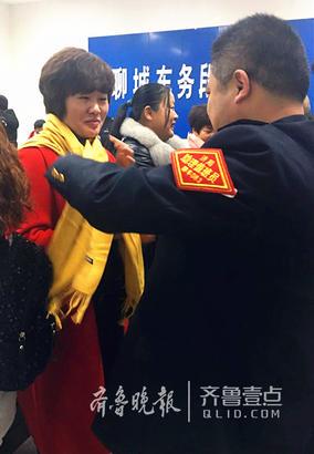 在当天举办的职工家属共保安全座谈会上,聊城火车站向每一位参会家属赠送了爱心围巾,火红的围巾就像一条纽带,连接着职工心系岗位、家属共保安全的心愿。