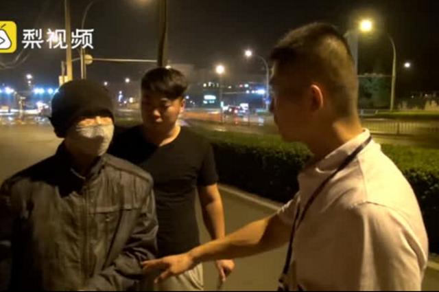 粘眉戴口罩穿棉袄,济南这个小伙在街头上溜达啥?