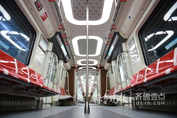 2号线的地铁列车与3号线的列车内部装饰也不同,2号线整体使用的是简洁明快的布置,座椅橙红色与白色相间,橙色的扶手也十分吸引人,其LED的到站显示屏格外清晰,到站后不仅没站都有站名提示,还有各站的换乘提醒。