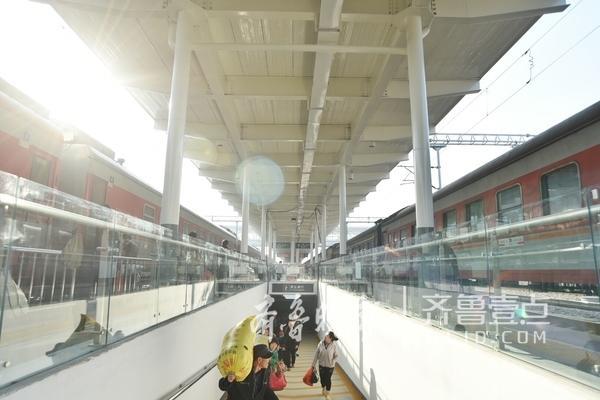 旅客通过临时地下通道进站乘车。
