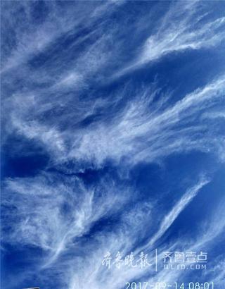 14日早晨8时,济南天气晴好,空气透明度特别高。天空中飘浮着的一朵朵白云,看上去像极了大海里的一朵朵浪花。 (齐鲁晚报-齐鲁壹点记者 康鹏摄)