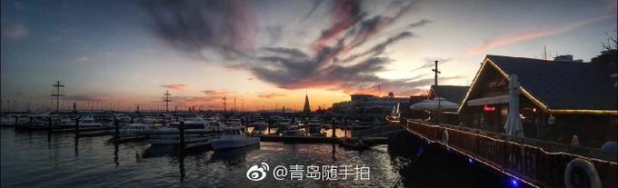 """今天,青岛的朋友圈被""""火凤凰""""刷屏。(@青岛随手拍)编辑:小明"""