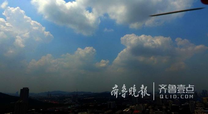 据气象专家介绍,这种形状的云团跟目前的高温密切相关,高温引发地面强烈上升气流,形成数百上千米厚的对流云,是夏秋季独有的云景。