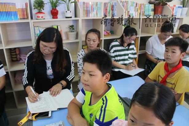 """东湖小学以精致的班级管理,多样的教育活动促进学生灵动健康的成长;守住课堂,守住日常,把""""每月一事""""活动融入到日常的生活、学习中去,从不同层面培养学生的良好习惯;把""""每月一事""""活动与主题班会、社会实践活动等结合起来,为学生营造行知统一的教育环境。 齐鲁晚报·齐鲁壹点通讯员 李庆海 记者 时尚 摄"""
