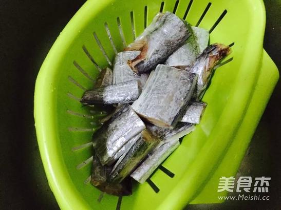 带鱼洗净用花椒、盐、白酒腌渍20分钟,控干水分(就能很好地去掉带鱼的腥味)