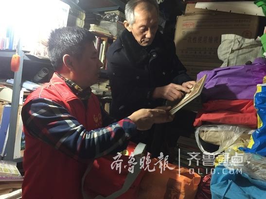 30多年来,他每天傍晚骑着自行车在济南城区的废品收购站、书摊上淘书,把积攒下来的书全部捐给贫困乡村的孩子们,每年花在淘书上的钱就数千上万元。