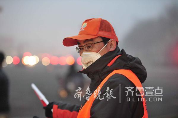 5日早晨,济南历山路口,一位交通志愿者在岗位上执勤,劝导交通秩序。从早晨七点钟他戴上这个口罩,不到8点就变黑了!(齐鲁晚报·齐鲁壹点 记者 周青先)编辑:小明