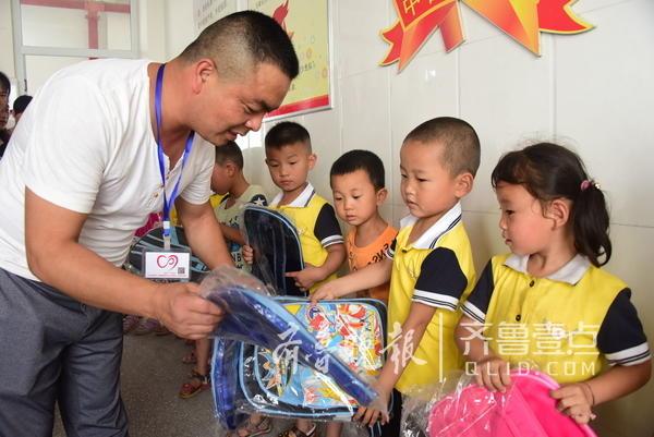 5月31日,在六一国际儿童节到来之际,山东省茌平县博平镇刘坦村幼儿园155名幼儿,每人收到一份六一儿童节的礼物,当日,姜遵翰、刘芝、张远亮等18名爱心志愿者,在茌平县教育局、茌平县扶贫办领导同志慈成华、杨荣岗、初晓玲的带领下,带着购买的书包、橡皮泥、小宝宝学画本等六一儿童节贺礼,来到刘坦村幼儿园,并一一分发到孩子们手中,使幼儿们感受到了儿童节的快乐。   齐鲁晚报·齐鲁壹点 记者 李军 通讯员 史奎华