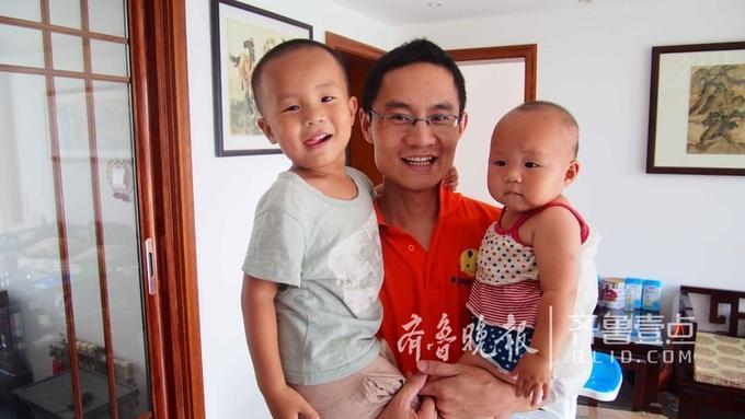他辞职办了托幼班,随便照顾自己的两个宝宝,而家庭的孩子养育工作大部分落在他的身上。