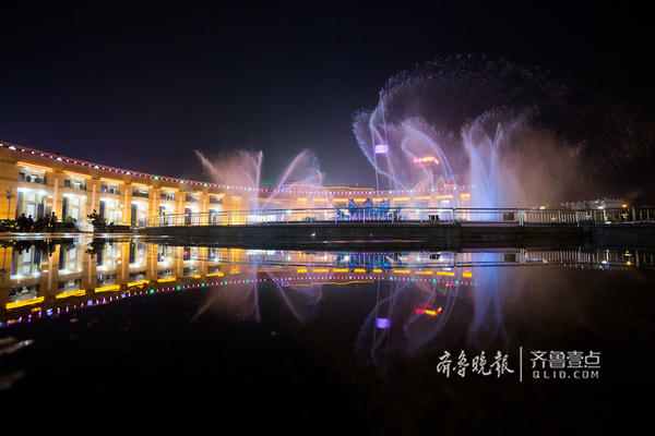 喷泉的姿态与地面上积水的影子相映成趣。(齐鲁晚报·齐鲁壹点 记者 部景雨 摄)