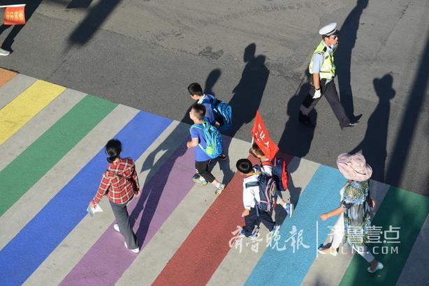 保障孩子的交通安全,不仅是交警部门的责任,更是全社会共有的责任。保护他们,首先就要为他们营造一个良好的道路交通环境。彩虹斑马线,就是基于以上原因施划的。施划后,由赤橙黄绿青蓝紫颜色组成的彩虹斑马线,首先可以引起过往驾驶人的注意,自觉避让过往的学生和其他行人。