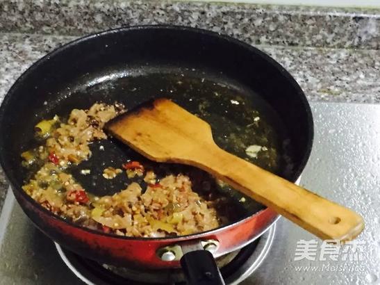 炸到;两面金黄,烹饪期间,可将锅晃动几下,让食物受热更均匀。将炸好的带鱼拿出来待用